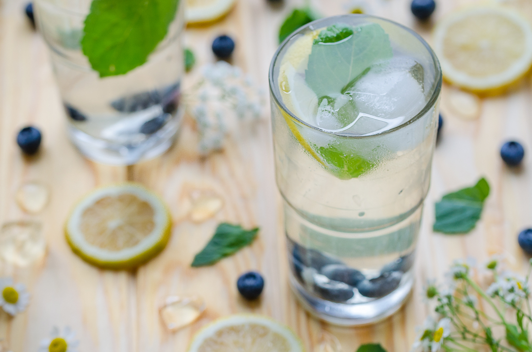 SarahsKrisenherd-FoodBlog-Rezept-Cold-Brew-Ice-Tea-Lemon-Blueberry-Mint
