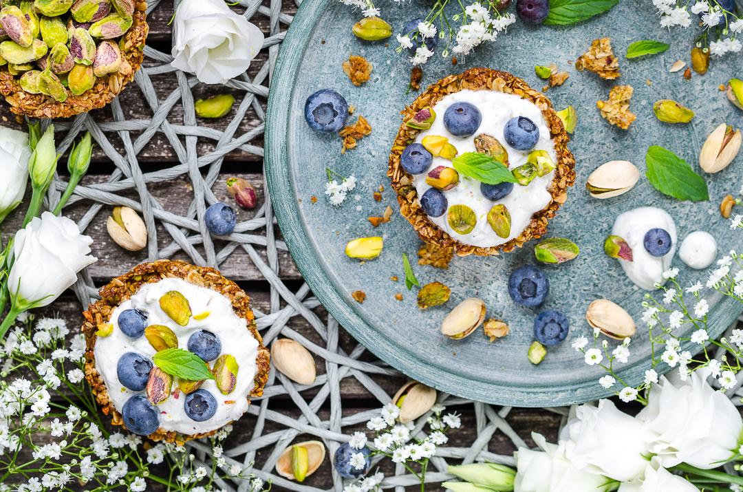 Pistachio Granola Cups mit Joghurt-Pistazien Topping und Blaubeeren