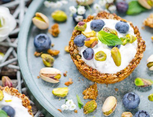 Pistachio Granola Cups mit Joghurt-Pistazien-Topping und Blaubeeren